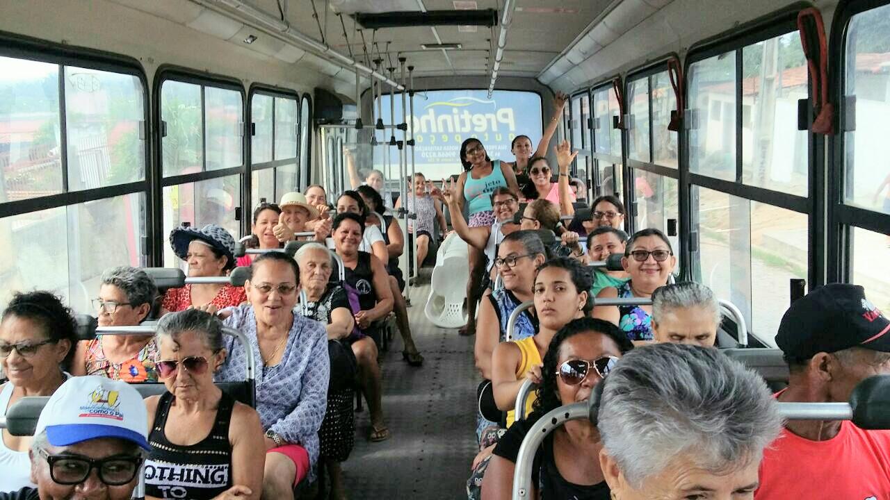 Prefeitura realiza mais um passeio à praia com grupos de idosos
