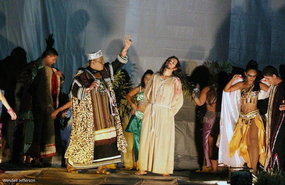 Grupos de teatro encenam espetáculo Paixão de Cristo em São Gonçalo
