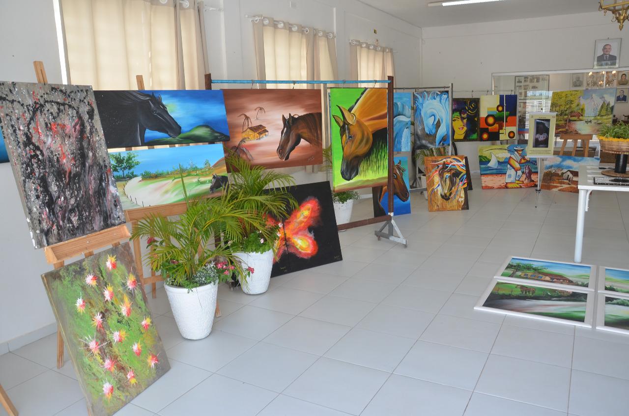 A cor do imaginário: exposição no Museu Municipal apresenta pinturas em tela e esculturas utilitárias