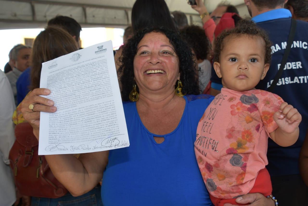 Prefeitura e Governo entregam títulos de regularização fundiária
