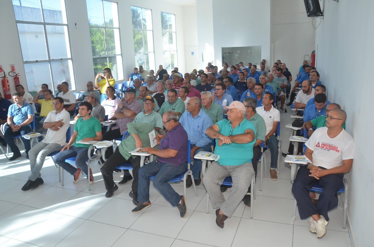Demutran promove treinamento de direção defensiva e qualidade no atendimento para taxistas do município