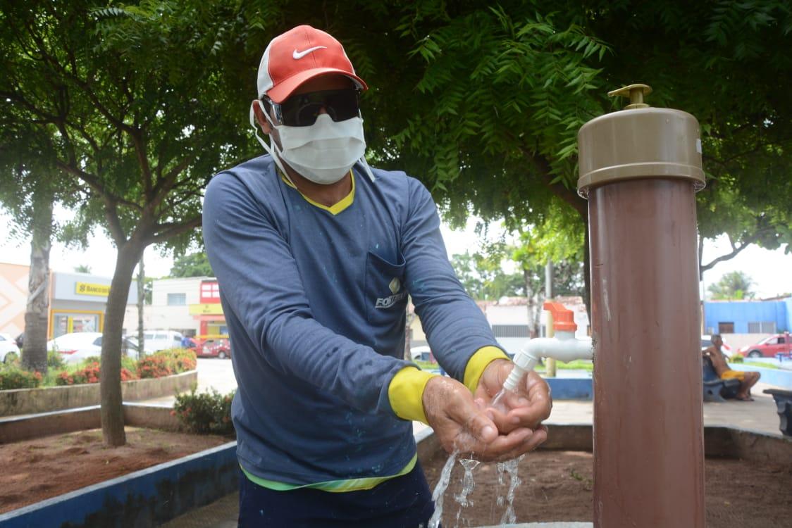 Prefeitura instala 'pias comunitárias' em locais públicos para higienização das mãos; kits com álcool em gel também são distribuídos
