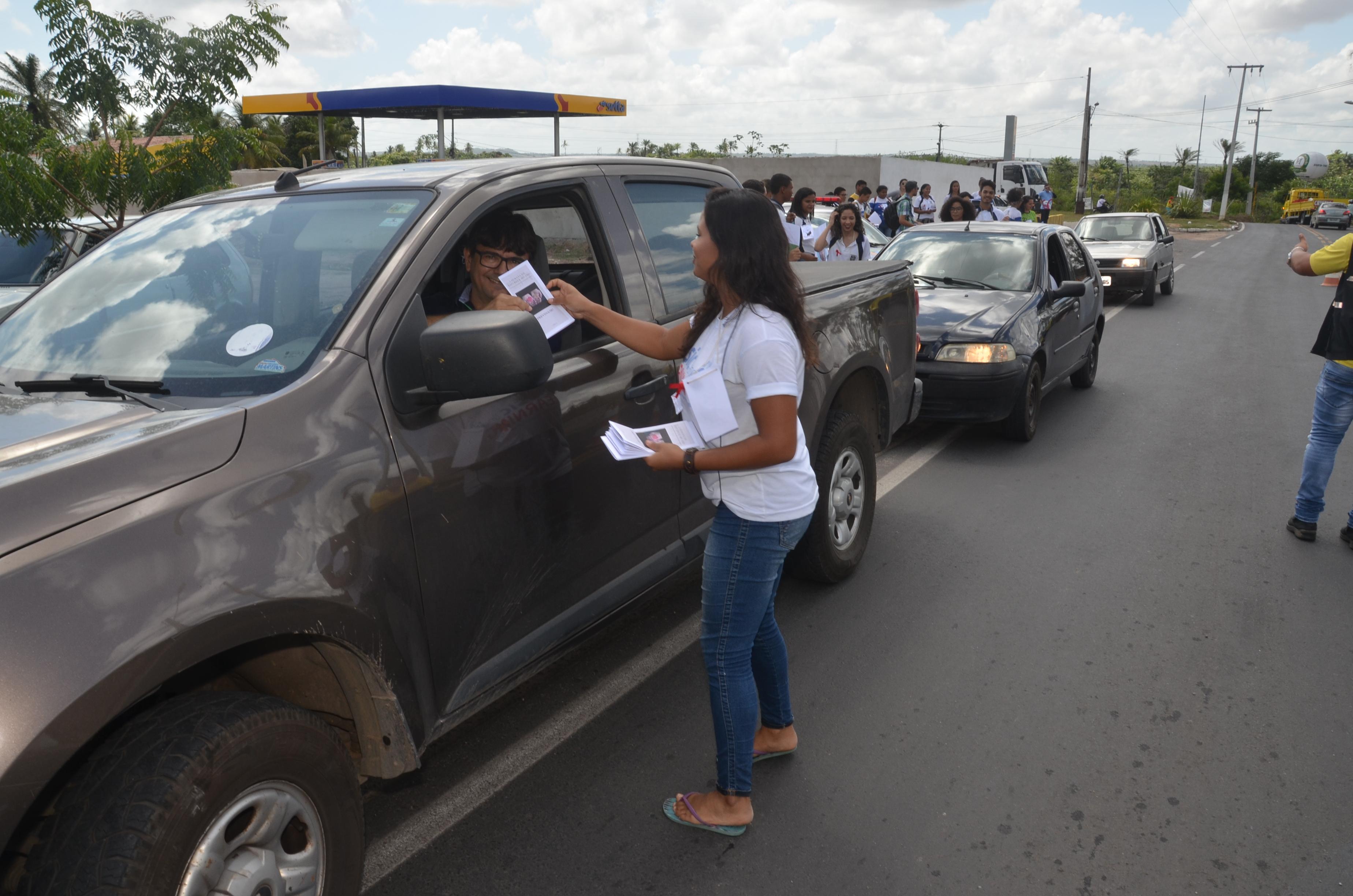 Alerta DST: alunos do ensino médio de São Gonçalo realizam blitz educativa