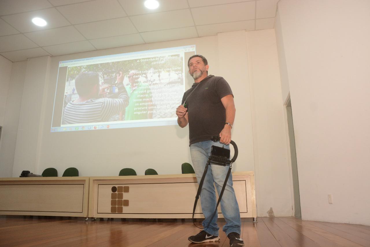 Qualifica Jovem: Ney Douglas palestra sobre fotografia