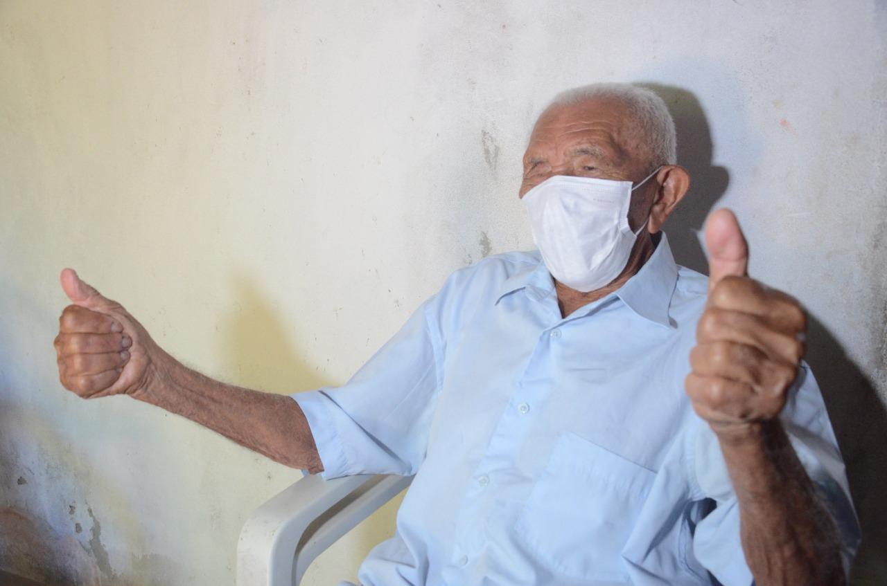 """Idoso de 112 anos é vacinado em São Gonçalo e diz: """"vacina é um bem da vida"""""""