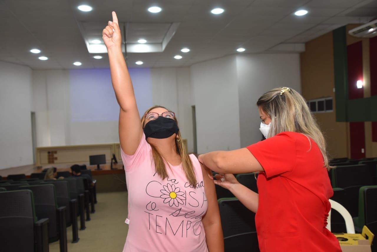 Prefeitura amplia vacinação contra covid para trabalhadores da Educação do nível fundamental